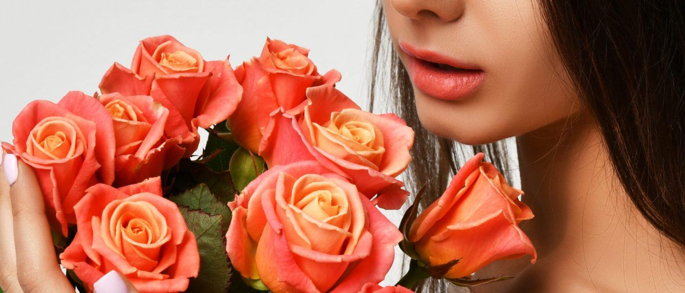 девушка в букетом цветов