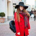 девушка в красном пальто